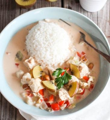Pollo esotico con latte di cocco, kiwi e paprika