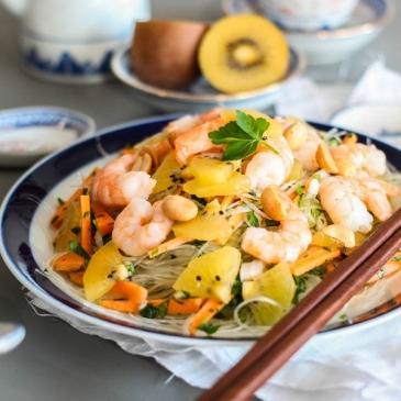 Insalata esotica di noodle con kiwi e gamberetti