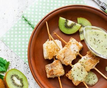 Fisch-Spieße in Kiwi-Soße