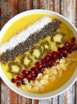 Sommerliche Mango- und Kiwi-Bowl