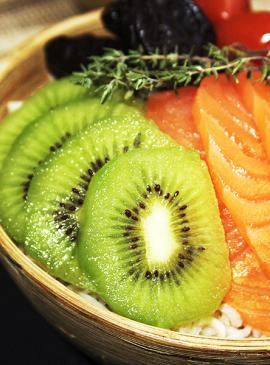 Poke Bowl mit Kiwi und Lachs