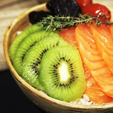 Kiwi and salmon poke bowl