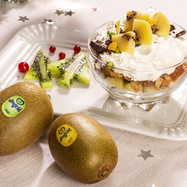 Cup with ricotta cream, chocolate and kiwi