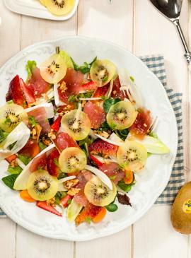 Sommerlicher Salat mit gelben Kiwis und Thunfisch