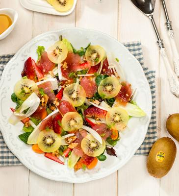Summer salad with yellow kiwi and tuna