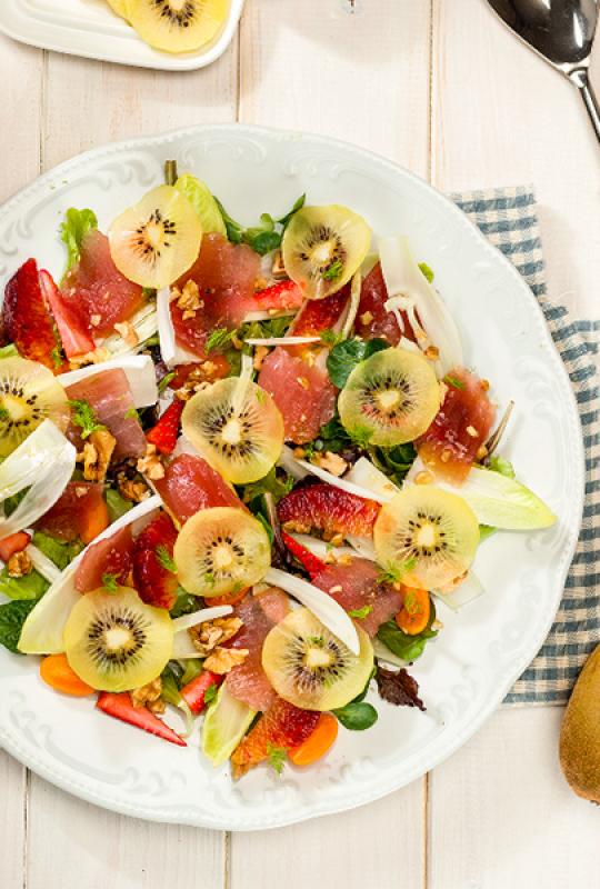 Salada de verão com kiwi amarelo e atum