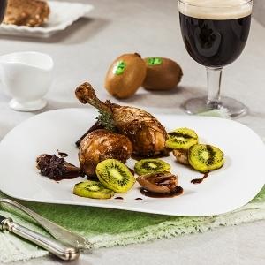 Cosce di pollo alla Guinness con scalogni brasati e kiwi grigliati