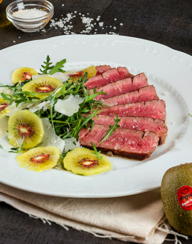 Émincé de bœuf à la roquette, kiwi et pétales de parmesan