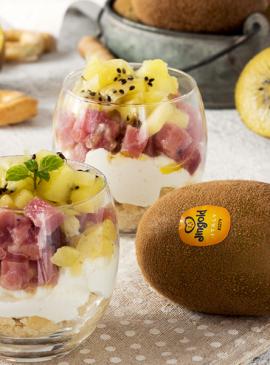 Bicchierini di cheesecake con tartare di tonno e kiwi