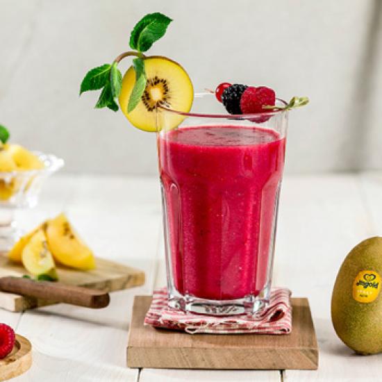 Smoothie mit Kiwis und roten Früchten
