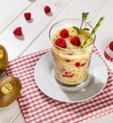 Yellow kiwi, raspberry and pineapple smoothie